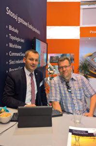 Tomasz Papaj – dyrektor ds. sprzedaży w firmie COPA-DATA Polska (od lewej), oraz Grzegorz Bryś z firmy MAZEL S.A., podczas targów ENERGETAB 2016 na stoisku firmy COPA-DATA Polska.