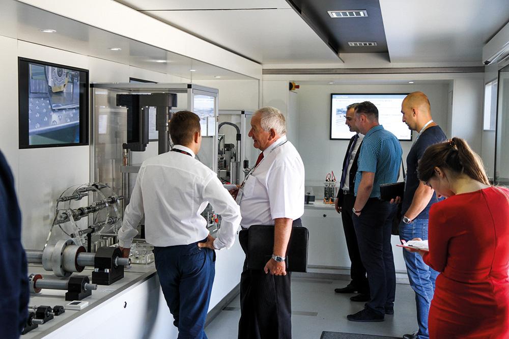 Dużym zainteresowaniem wśród uczestników konferencji cieszył się również specjalny TIR wystawowy, w którym zaprezentowane zostały wydajne i nowoczesne komponenty z zakresu techniki przemieszczeń liniowych, systemy wieloosiowe oraz przydatne narzędzia inżynierskie.