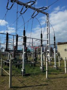 Przykładowe wygrodzenie pola liniowego na rozdzielni na stacji elektroenergetycznej WN/SN, poza którym nie wykonujemy pomiarów pola-EM.